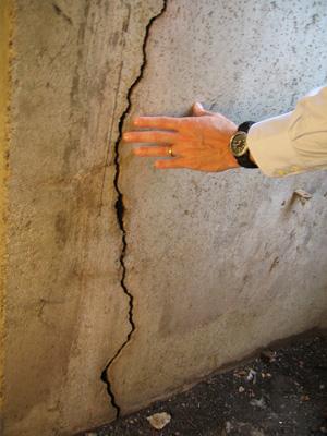 Vertical foundation crack