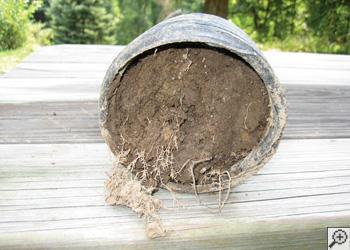 Ceci est une section transversale d'un système de drain entièrement rempli de terre compactée d'une maison