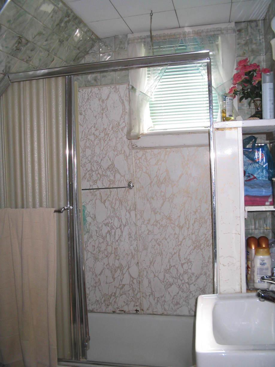 Bathtub Remodeling in Erie, PA - Before Photo