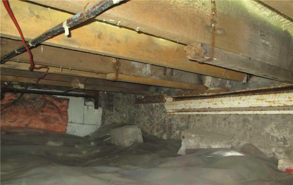 Crawl Space Encapsulation in Hochelage, Montreal - Before Photo