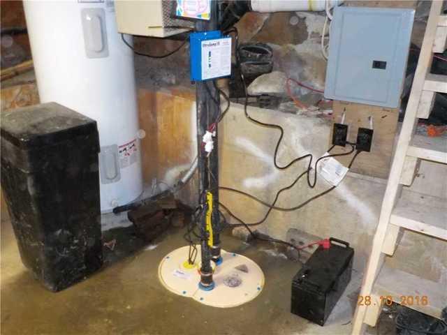 An old sump pump system replaced by the TripleSafe in Sainte-Anne-de-la-Rochelle
