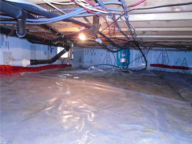 Encapsulation of a wet crawl space in Saint-Anicet.