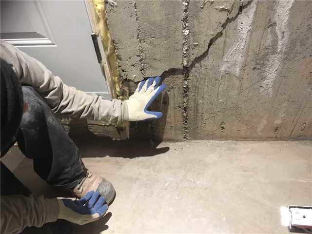 Des fissures réparées et un sous-sol imperméabilisé à Montréal - Before Photo