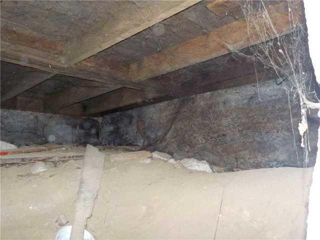 Encapsulating a damp crawl space in Victoriaville, Qc