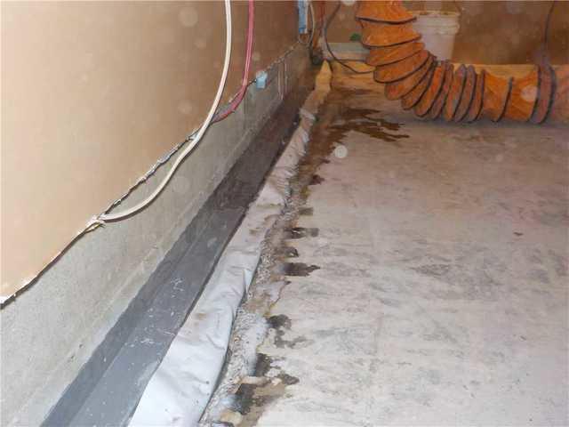 Fixing basement leaks in a basement in Roxboro, Qc