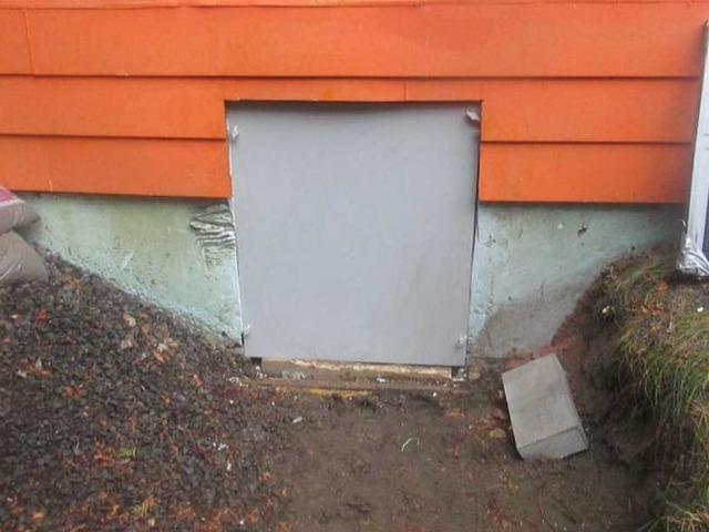 Changing the access door of a crawl space in Canton-de-Hatley, Qc