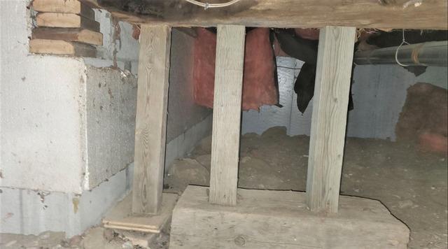 Poutres et piliers de soutien insuffisants dans ce vide sanitaire à Gatineau, Qc