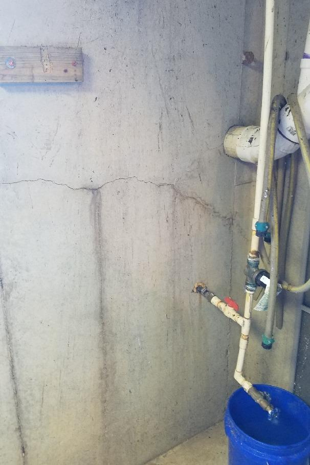 Wall Crack Sealed in Leesburg, Ohio - Before Photo