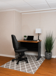 Aménagez un espace de bureau au sous-sol à votre image. Décorez-le avec des plantes, photos, calendrier et tout autre objet qui peut vous être utile.