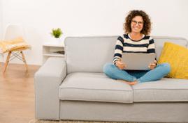 À long terme, en travaillant sur votre sofa ou votre lit,  vous endommagerez votre posture, des maux de dos et des torticolis pourraient faire surface.