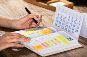 Planifiez vos journées comme si vous étiez au bureau. Cela permet une meilleure organisation de son temps et de respecter l'horaire établi.