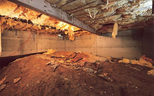 4 Signs of Crawl Space Problems