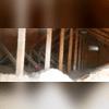 Application de notre isolant en fibres de cellulose pour couvrir entièrement le sol du grenier. Nous avons ausi boucher le trou qui était sur le mur avec une partie de notre panneau SilverGlo et avons sceller le contour.